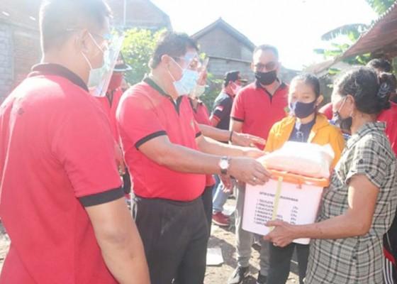 Nusabali.com - bupati-artha-tinjau-korban-kebakaran-rumah-warga-miskin