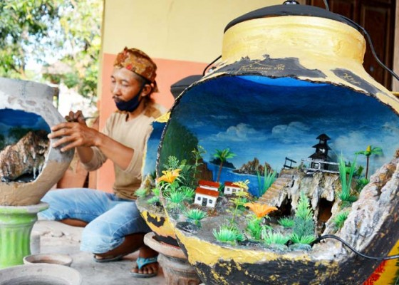 Nusabali.com - kerajinan-miniatur-air-terjun-dalam-gentong