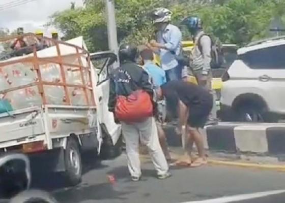 Nusabali.com - oc-pick-up-tabrak-tiang-lampu-jalan