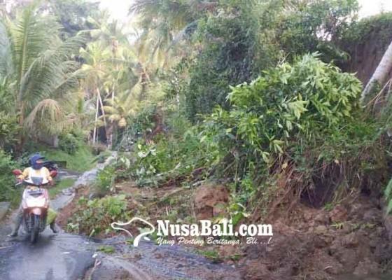 Nusabali.com - jalan-tertutup-longsor-lalu-lintas-tersendat