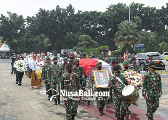 Nusabali.com - agum-gumelar-pimpin-pemakaman-mayjen-nyoman-arsana