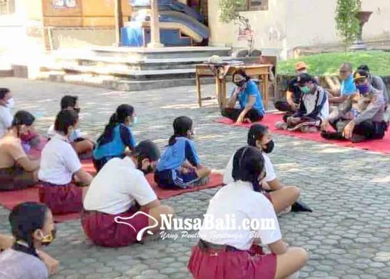 Nusabali.com - smpn-1-kubu-hadirkan-siswa-1-kelas-per-hari