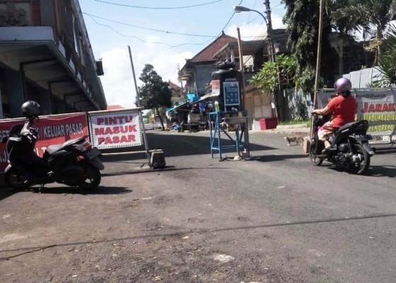 Nusabali.com - pintu-masuk-pasar-kidul-diisi-penyekat