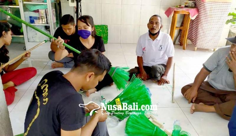 www.nusabali.com-difabel-diabet-diberdayakan-sulap-botol-bekas-jadi-sapu