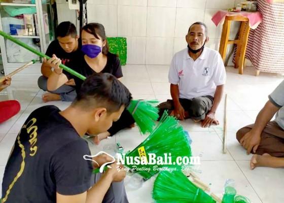 Nusabali.com - difabel-diabet-diberdayakan-sulap-botol-bekas-jadi-sapu