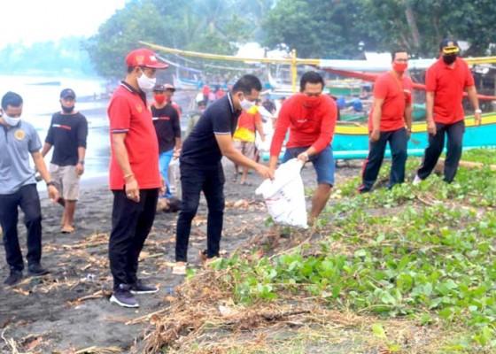 Nusabali.com - jaga-kebersihan-pantai-wabup-kembang-ajak-masyarakat-perangi-sampah-plastik