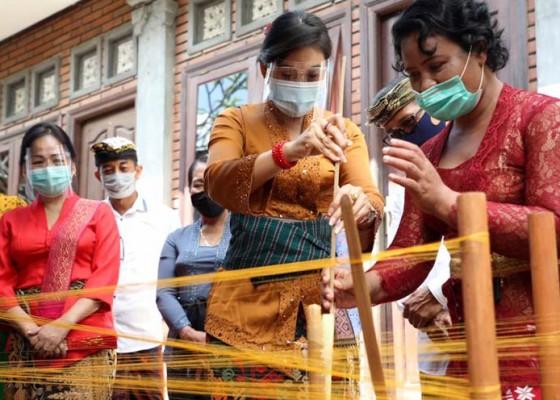 Nusabali.com - generasi-muda-tinggalkan-tradisi-menenun