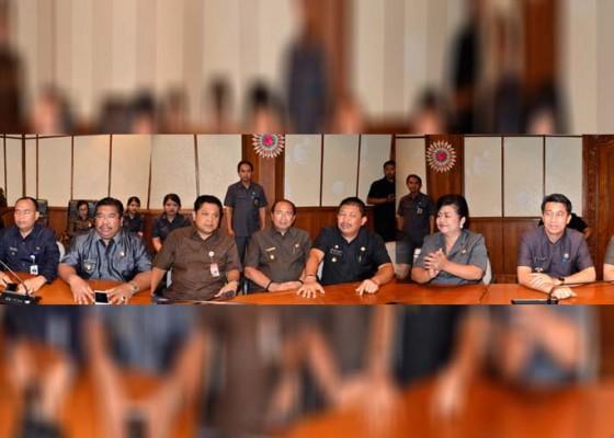 Nusabali.com - buat-kali-kedua-bupatiwalikota-kompak-hadiri-undangan-gubernur