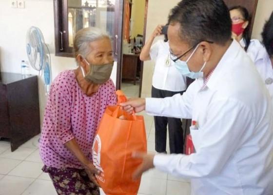 Nusabali.com - bantu-lansia-bank-pasar-bagikan-sembako