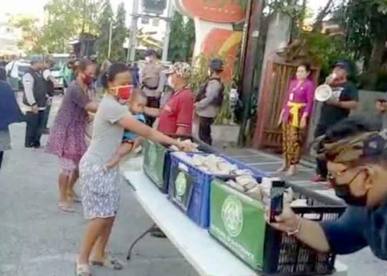Nusabali.com - desa-pemecutan-kelod-bagi-nasi-gratis