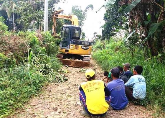 Nusabali.com - jalan-benyah-latig-warga-patungan-sewa-alat-berat