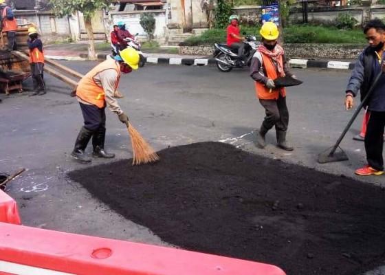 Nusabali.com - jalan-rusak-di-bangli-hanya-ditambal-sulam