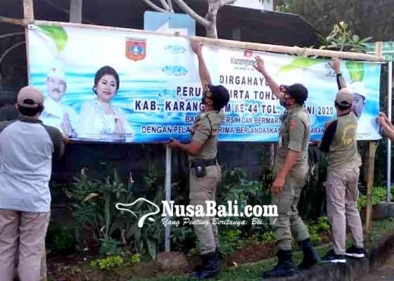 Nusabali.com - satpol-pp-berangus-spanduk-kedaluwarsa