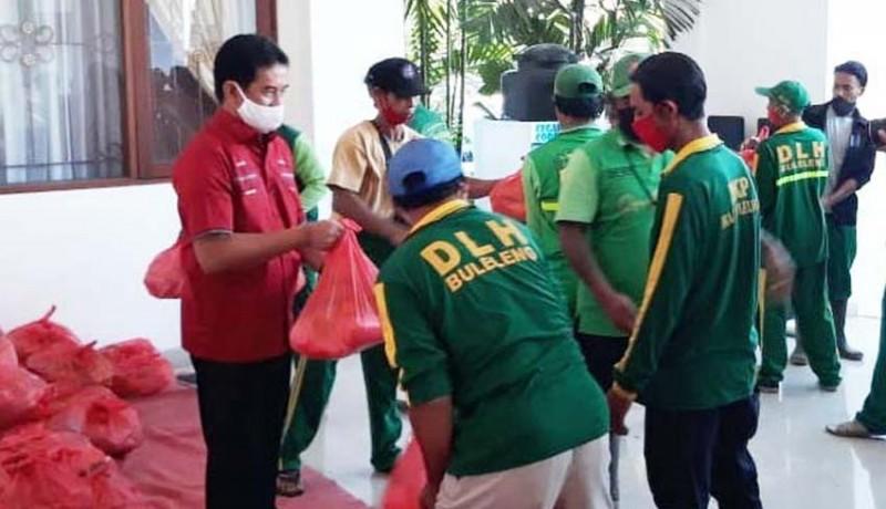 www.nusabali.com-petugas-sampah-buleleng-dapat-bantuan-sembako