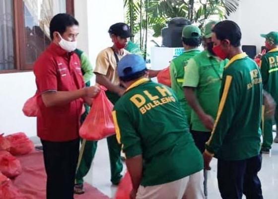 Nusabali.com - petugas-sampah-buleleng-dapat-bantuan-sembako