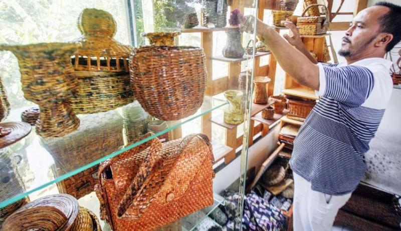 www.nusabali.com-kerajinan-berbahan-baku-koran-bekas