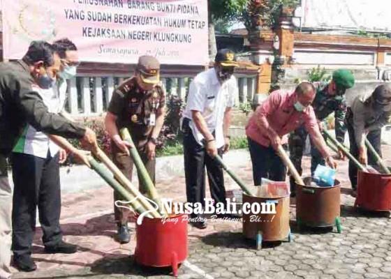 Nusabali.com - kejari-klungkung-bakar-bb-narkotika