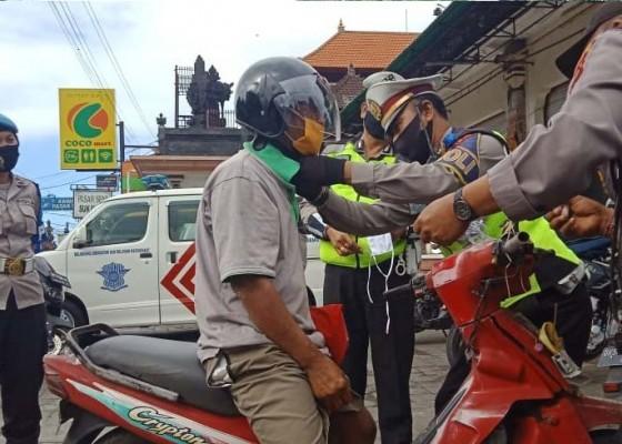 Nusabali.com - operasi-patuh-lempuyang-2020-polres-gianyar-bagi-helm-gratis