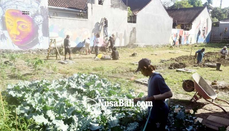 www.nusabali.com-belasan-seniman-mural-warnai-kawasan-agro-learning-center