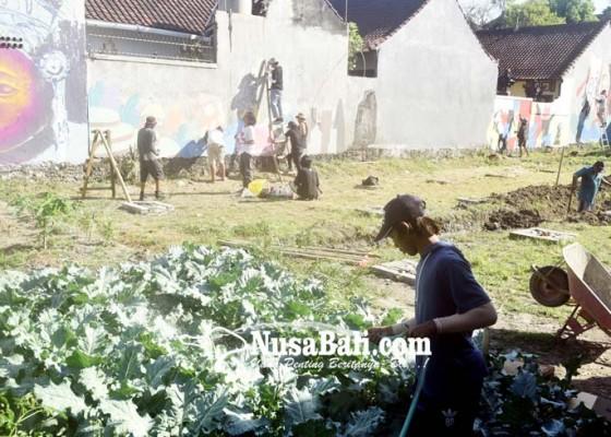 Nusabali.com - belasan-seniman-mural-warnai-kawasan-agro-learning-center
