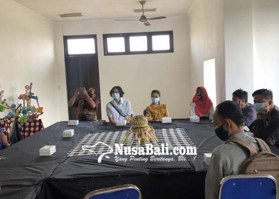 Nusabali.com - 10-penyandang-disabilitas-dapatkan-pelatihan-desain-komputer