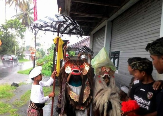 Nusabali.com - hujan-macan-dan-rangda-berteduh-di-emperan-toko