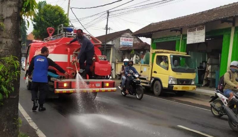 www.nusabali.com-polisi-selidiki-penumpah-solar-di-jalan-raya-wanayu