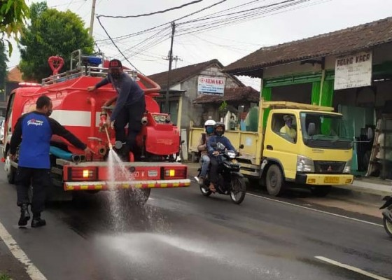 Nusabali.com - polisi-selidiki-penumpah-solar-di-jalan-raya-wanayu