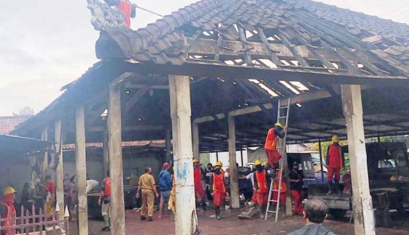 www.nusabali.com-dinas-pupr-mulai-bersihkan-sisa-kebakaran-pasar-desa-adat-penarungan