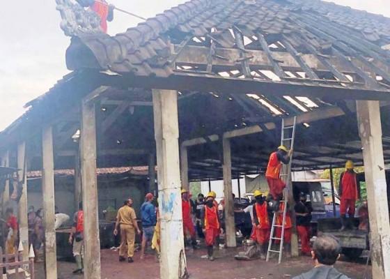 Nusabali.com - dinas-pupr-mulai-bersihkan-sisa-kebakaran-pasar-desa-adat-penarungan