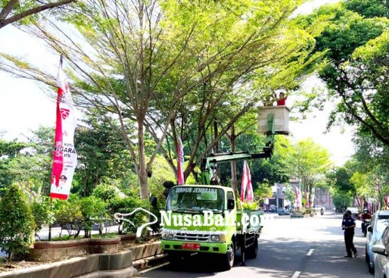Nusabali.com - pasang-lampu-hias-jelang-hut
