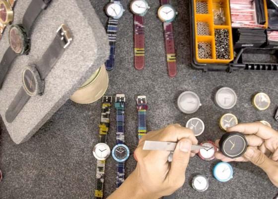 Nusabali.com - produksi-jam-tangan-dari-semen