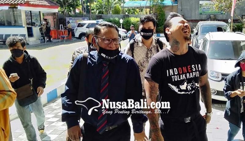 www.nusabali.com-pakai-kaos-indonesia-tolak-rapid-jrx-penuhi-panggilan-polda-bali