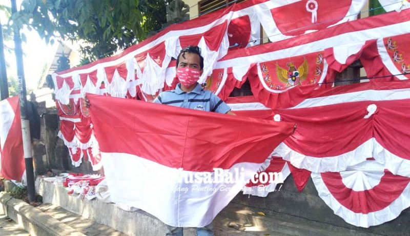 www.nusabali.com-pedagang-bendera-dan-umbul-umbul-mulai-marak-di-singaraja