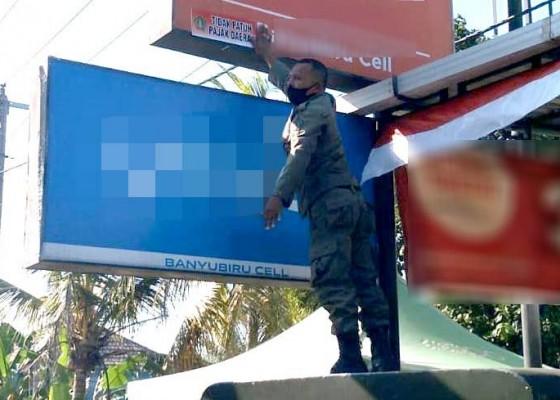 Nusabali.com - satpol-pp-jembrana-bongkar-puluhan-reklame-bodong