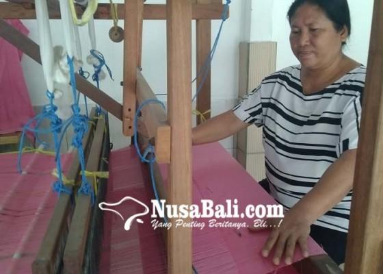 Nusabali.com - para-perajinnya-sudah-sepuh-dianggap-kuno-anak-muda-gengsi-jadi-penenun