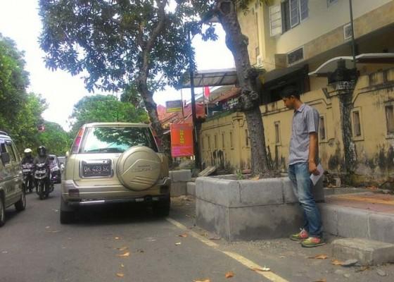 Nusabali.com - parkir-liar-di-jalan-pulau-nias-dikeluhkan