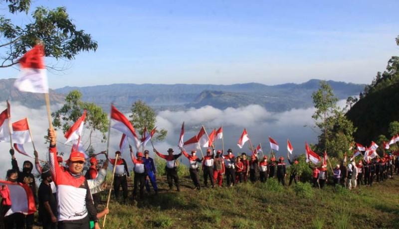 www.nusabali.com-75-bendera-merah-putih-dikibarkan-di-puncak-gunung-abang