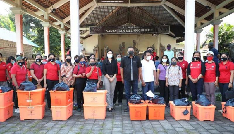 www.nusabali.com-bupati-mahayastra-bersama-ketua-tp-pkk-serahkan-bantuan-kepada-warga-di-melinggih