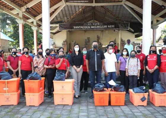 Nusabali.com - bupati-mahayastra-bersama-ketua-tp-pkk-serahkan-bantuan-kepada-warga-di-melinggih