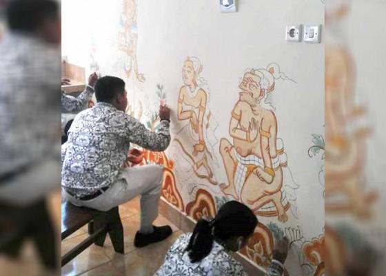 Nusabali.com - selurus-siswa-kelas-x-diwajibkan-belajar-melukis-wayang-kamasan
