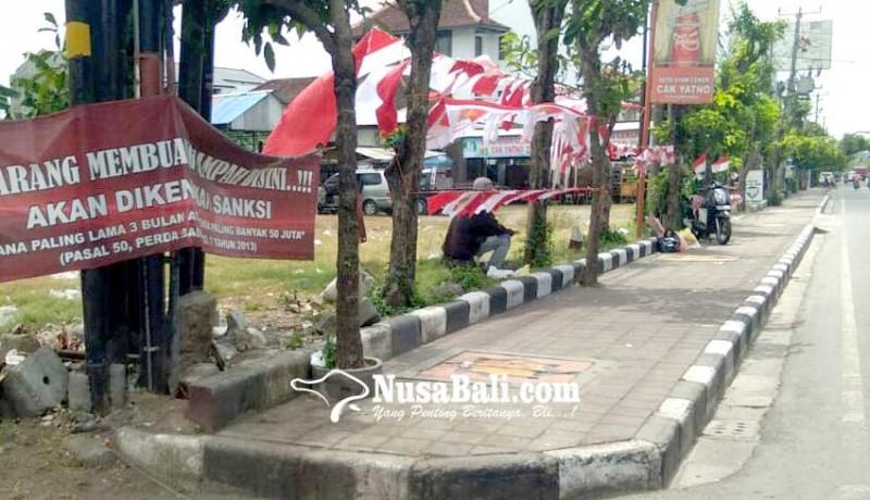 www.nusabali.com-pedagang-bendera-berjualan-di-trotoar-satpol-pp-badung-beri-kelonggaran