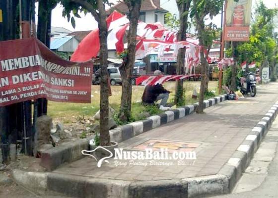 Nusabali.com - pedagang-bendera-berjualan-di-trotoar-satpol-pp-badung-beri-kelonggaran