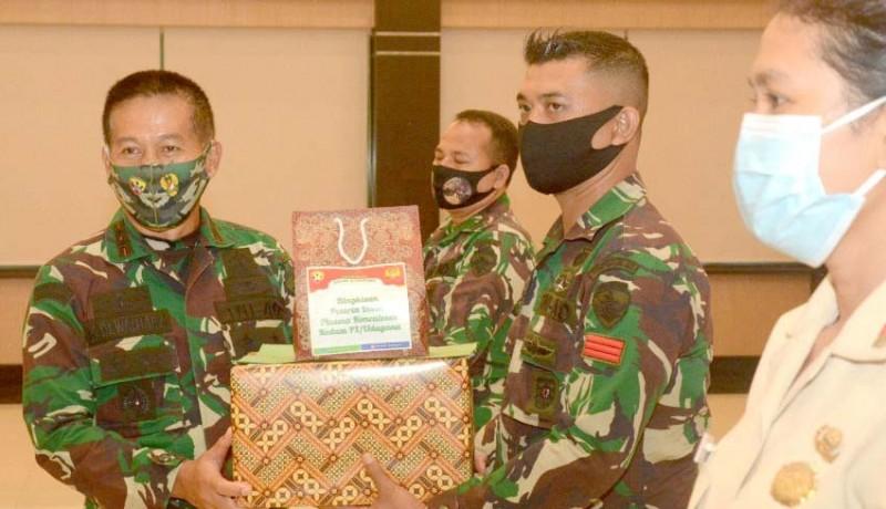 www.nusabali.com-pangdam-beri-penghargaan-kepada-prajurit-pendonor-plasma-konvalesen