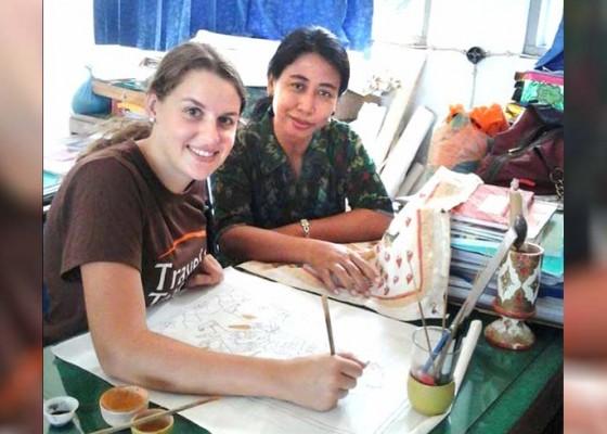 Nusabali.com - sendirian-mengajar-melukis-sejak-2009-sri-wedari-dijuluki-bu-wayang