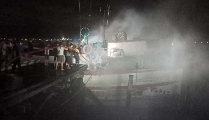 www.nusabali.com-kapal-ikan-terbakar-di-benoa
