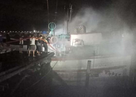 Nusabali.com - kapal-ikan-terbakar-di-benoa