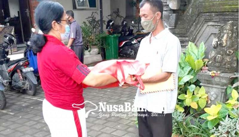www.nusabali.com-sdn-1-ungasan-bagi-beras-ke-ortu-murid