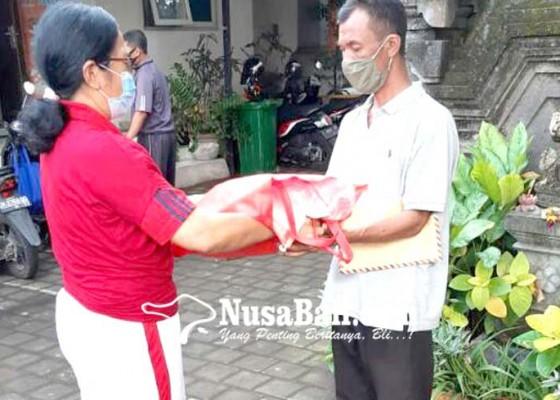 Nusabali.com - sdn-1-ungasan-bagi-beras-ke-ortu-murid