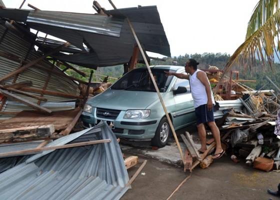 Nusabali.com - puting-beliung-porandakan-dapur-mobil-tertimpa-reruntuhan